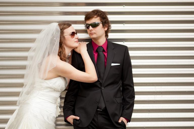 cooles Brautpaarfotos vom Hochzeitsfotograf aus München am Flughafen