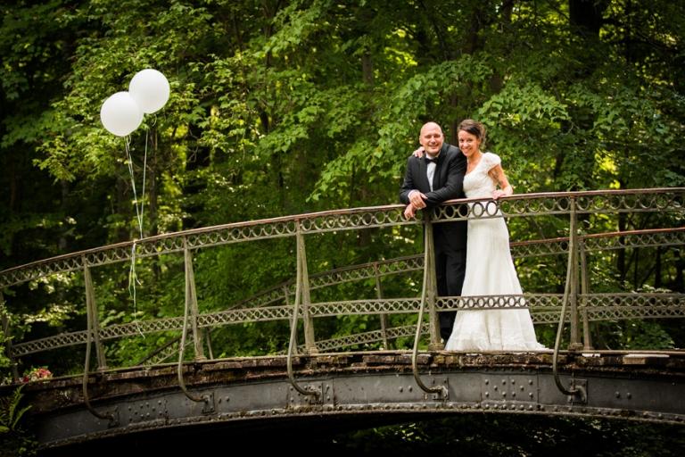 Brautpaar-Fotos auf der Brücke im Park von Schloss Nymphenburg München