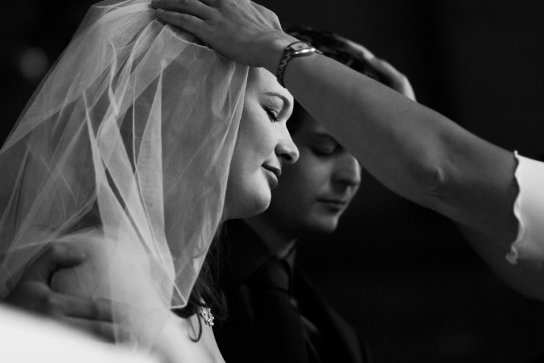 Als professioneller Hochzeitsfotograf aus München hat man den besten Blickwinkel beim Hände-Auflegen