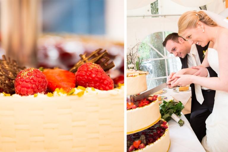 Hochzeitstorte mit mehreren Etagen und Früchten mit Blattgold, Brautpaar schneidet an, fotografiert von Martin Fröhlich Hochzeitsfotograf aus München