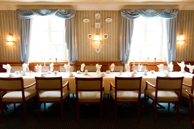 festliche Hochzeitstafel mit Brauttisch im Hotel Schreiberhof fotografiert von Fotograf in Aschheim bei München