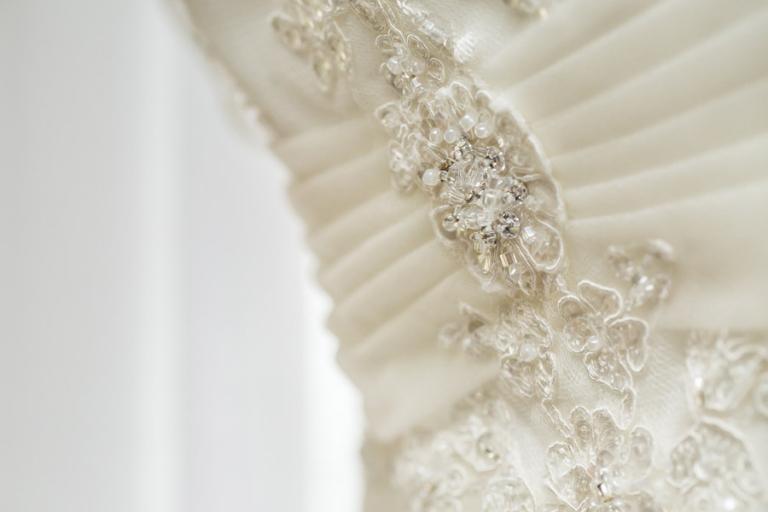 schöne Details des Hochzeitskleids werden immer fotografiert von Martin Fröhlich Hochzeitsfotograf aus München
