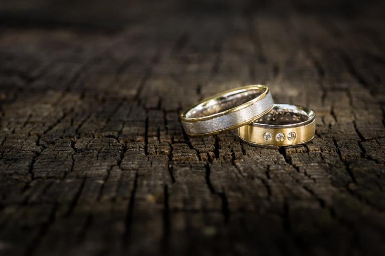 schöne Detaillaufnahme der Eheringe aus Weissgold und Gelbgold von Hochzeitsfotograf aus München
