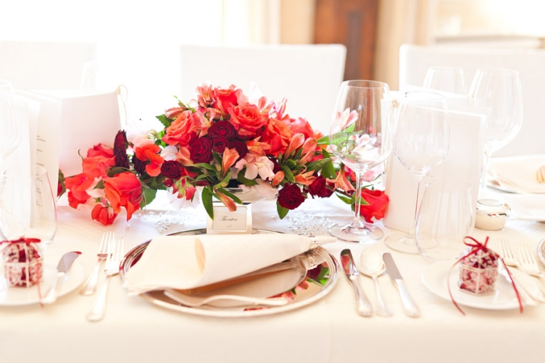 Schöne edle Hochzeits-Tischdeko fotografiert von Hochzeitsfotograf im La Villa am Starnberger See